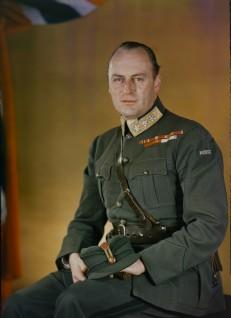 Det første kjente fargefotoet av kronprins Olav. Bildet ble tatt mens kronprinsen var i eksil i England under andre verdenskrig, 1942 (Foto: John Cyril Alfred Redhead/ Det kongelige hoffs fotoarkiv)