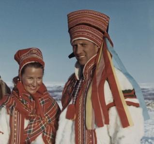 Kronprins Harald og kronprinsesse Sonja i tradisjonelle samiske antrekk i forbindelse med fylkestur til Finnmark, 1969. (Foto: ukjent. Det kongelige hoffs fotoarkiv)