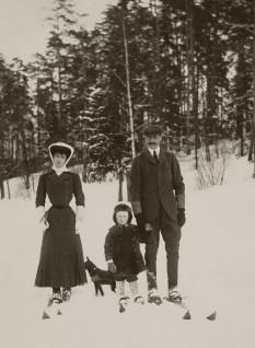 Kong Haakon, dronning Maud og kronprins Olav på ski, Bygdø Kongsgård 1907  (Foto: A.B. Wilse, Det kongelige hoffs fotoarkiv)