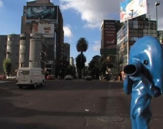Blue Man i Mexico – klar for nye møter og nye opplevelser. Men er lokalbefolkningen klar for han? Foto:André Kuenzy