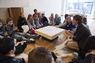 Formidling i Vindusgalleriet, Nasjonalmuseet 2011, 5. klasse ved Ila skole, Oslo. Formidler: Anna Carin Hedberg. Foto: Nasjonalmuseet